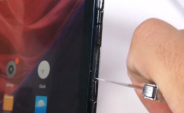 Bất ngờ với độ bền của smartphone màn hình gập Royole FlexPai trước các bài tra tấn với dao, lửa và bẻ cong - Ảnh 3.
