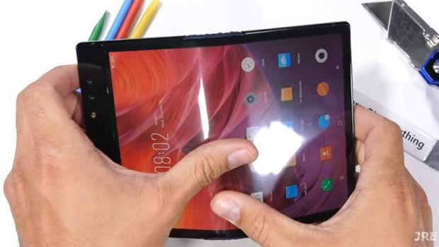 Bất ngờ với độ bền của smartphone màn hình gập Royole FlexPai trước các bài tra tấn với dao, lửa và bẻ cong - Ảnh 1.