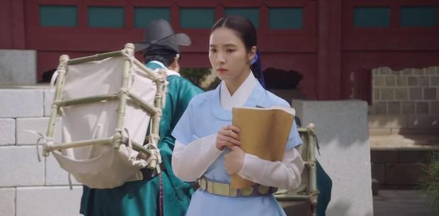 Tân Binh Học Sử Goo Hae Ryung: Quen nhau chưa lâu, Shin Se Kyung đã thiếu nghị lực ngủ chung trai đẹp thế này đây? - Ảnh 1.