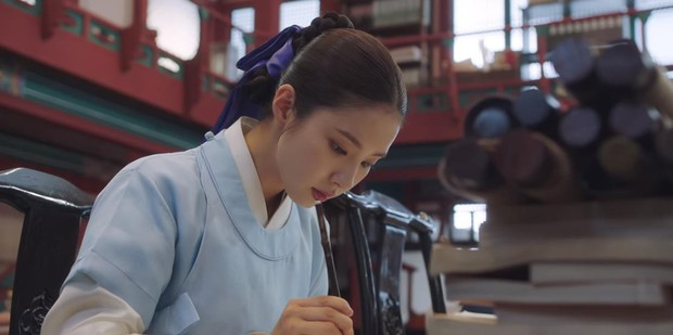 Tân Binh Học Sử Goo Hae Ryung: Quen nhau chưa lâu, Shin Se Kyung đã thiếu nghị lực ngủ chung trai đẹp thế này đây? - Ảnh 2.