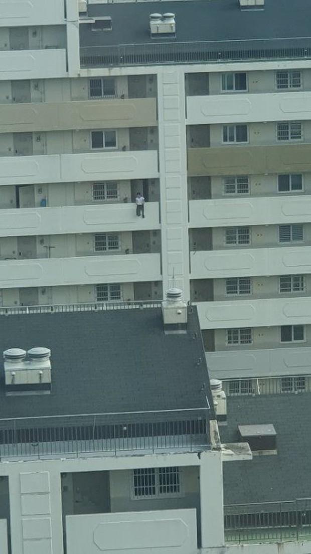 Bức ảnh chụp khoảnh khắc nam thanh niên nhảy lầu tự tử khiến dân mạng Hàn Quốc đứng tim nhưng sự thật hóa ra rất bất ngờ - Ảnh 2.