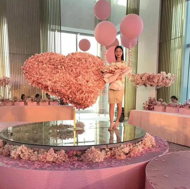 Bạn trai nhà người ta chưa bao giờ làm tôi thất vọng: Xếp 1 tỷ đồng thành hoa tặng sinh nhật bạn gái - Ảnh 1.