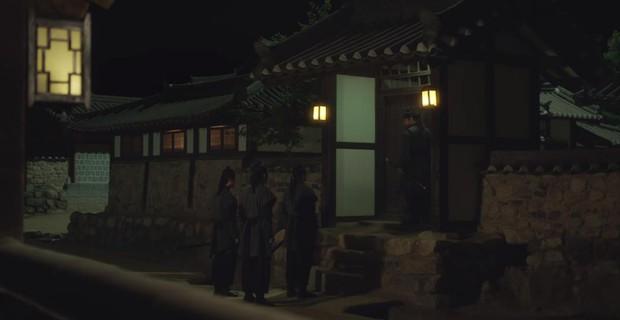 Tân Binh Học Sử Goo Hae Ryung: Quen nhau chưa lâu, Shin Se Kyung đã thiếu nghị lực ngủ chung trai đẹp thế này đây? - Ảnh 13.