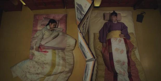 Tân Binh Học Sử Goo Hae Ryung: Quen nhau chưa lâu, Shin Se Kyung đã thiếu nghị lực ngủ chung trai đẹp thế này đây? - Ảnh 15.