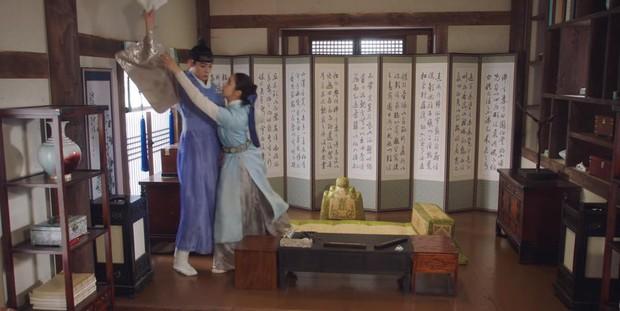 Tân Binh Học Sử Goo Hae Ryung: Quen nhau chưa lâu, Shin Se Kyung đã thiếu nghị lực ngủ chung trai đẹp thế này đây? - Ảnh 22.