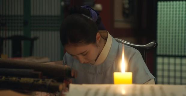 Tân Binh Học Sử Goo Hae Ryung: Quen nhau chưa lâu, Shin Se Kyung đã thiếu nghị lực ngủ chung trai đẹp thế này đây? - Ảnh 4.