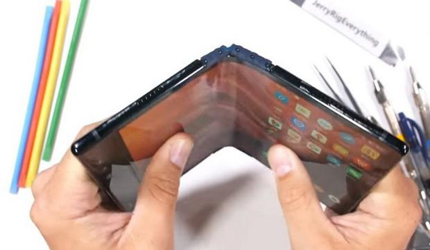 Bất ngờ với độ bền của smartphone màn hình gập Royole FlexPai trước các bài tra tấn với dao, lửa và bẻ cong - Ảnh 6.