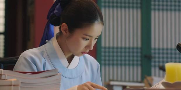 Tân Binh Học Sử Goo Hae Ryung: Quen nhau chưa lâu, Shin Se Kyung đã thiếu nghị lực ngủ chung trai đẹp thế này đây? - Ảnh 5.