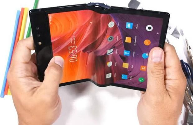 Bất ngờ với độ bền của smartphone màn hình gập Royole FlexPai trước các bài tra tấn với dao, lửa và bẻ cong - Ảnh 8.