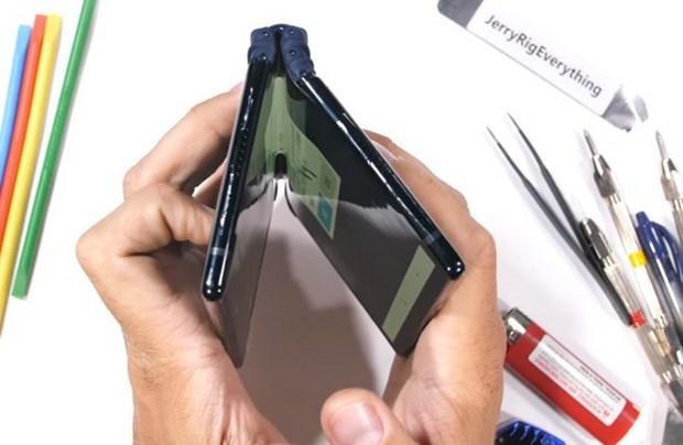 Bất ngờ với độ bền của smartphone màn hình gập Royole FlexPai trước các bài tra tấn với dao, lửa và bẻ cong - Ảnh 9.
