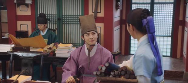 Tân Binh Học Sử Goo Hae Ryung: Quen nhau chưa lâu, Shin Se Kyung đã thiếu nghị lực ngủ chung trai đẹp thế này đây? - Ảnh 10.