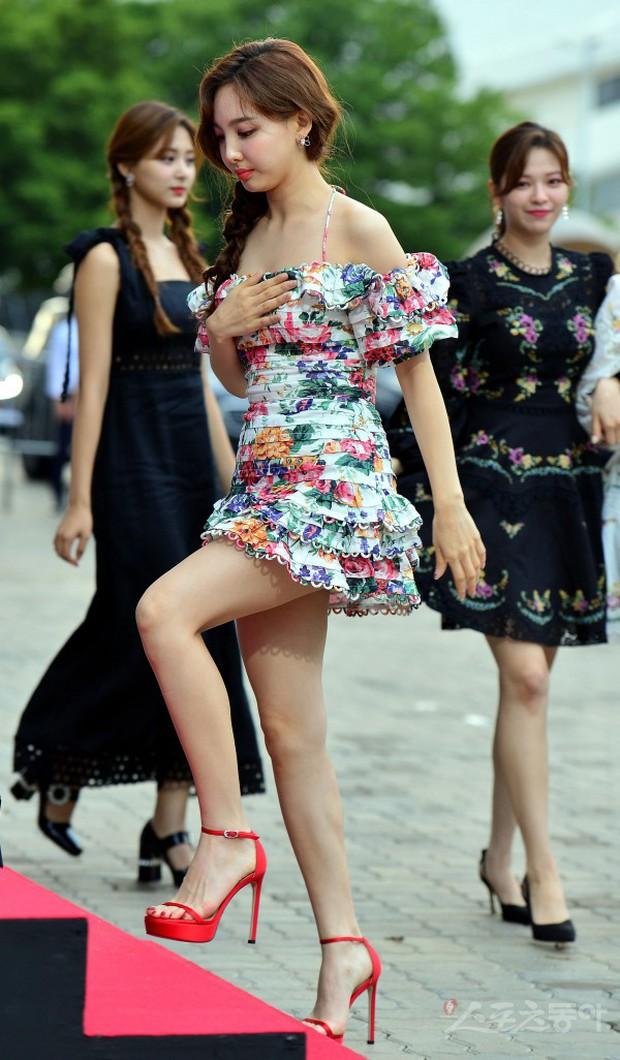 Siêu thảm đỏ hội tụ quân đoàn idol, diễn viên siêu khủng: Goo Hye Sun lạc quẻ, TWICE đọ tầm sexy chan chát với MAMAMOO - Ảnh 1.