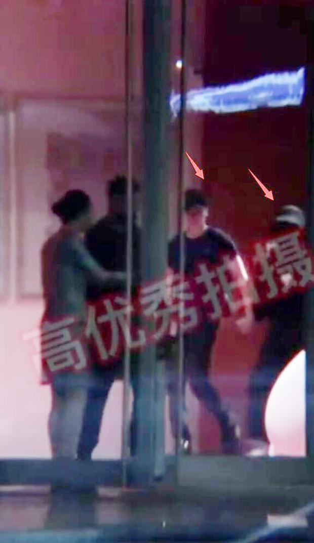 Giữa scandal ngoại tình, Phùng Thiệu Phong ra tận sân bay, tay nắm chặt tay Triệu Lệ Dĩnh đập tan tin đồn ly hôn - Ảnh 6.
