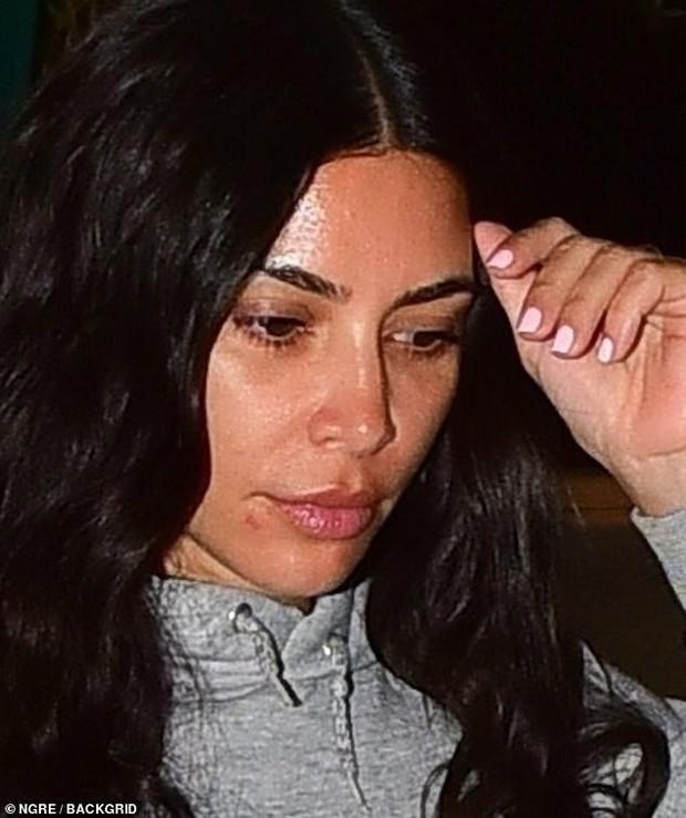 Hiếm lắm thánh phông bạt Kim Kardashian mới để mặt mộc 100% ra đường, có bao nhiêu khuyết điểm khoe ra bằng hết - Ảnh 5.