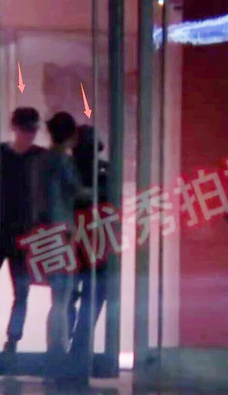 Giữa scandal ngoại tình, Phùng Thiệu Phong ra tận sân bay, tay nắm chặt tay Triệu Lệ Dĩnh đập tan tin đồn ly hôn - Ảnh 7.