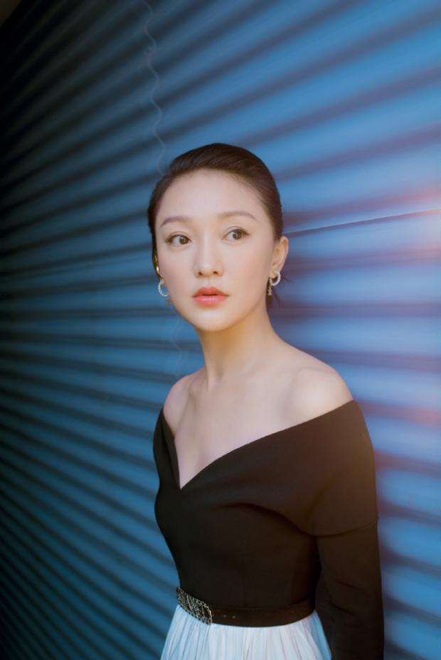 Hậu tin đồn cưới con gái Vương Phi làm chồng, Châu Tấn khoe bộ ảnh mới sexy yểu điệu đến lạ - Ảnh 1.
