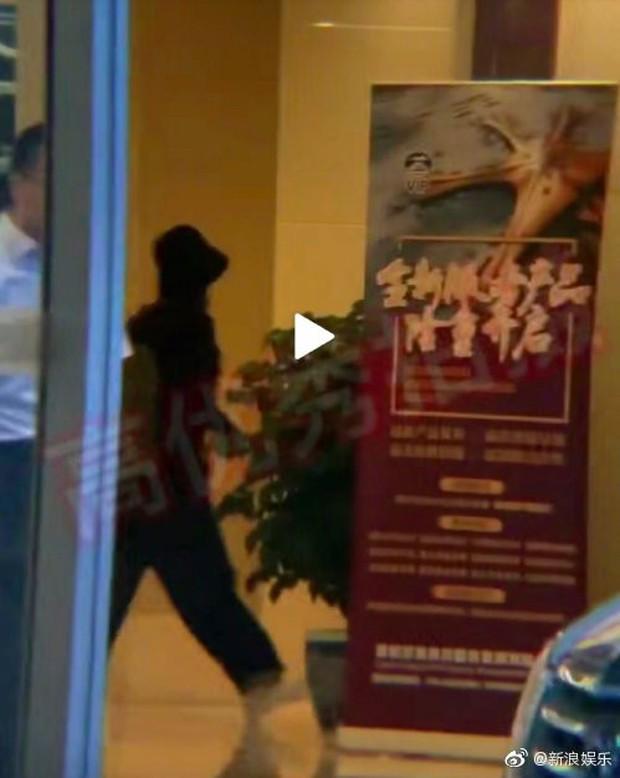 Giữa scandal ngoại tình, Phùng Thiệu Phong ra tận sân bay, tay nắm chặt tay Triệu Lệ Dĩnh đập tan tin đồn ly hôn - Ảnh 3.