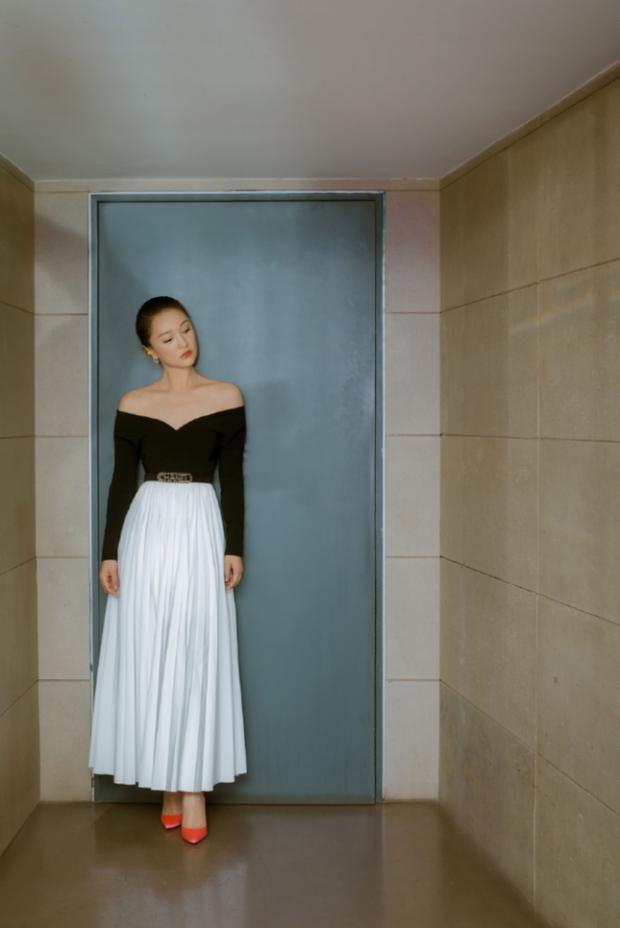 Hậu tin đồn cưới con gái Vương Phi làm chồng, Châu Tấn khoe bộ ảnh mới sexy yểu điệu đến lạ - Ảnh 4.