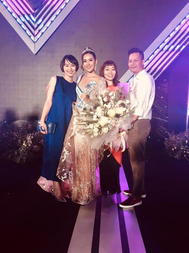 Á hậu Tường San hiếm hoi khoe ảnh cả gia đình nhưng cô chị gái vừa xinh đẹp vừa thần thái mới chiếm spotlight - Ảnh 4.