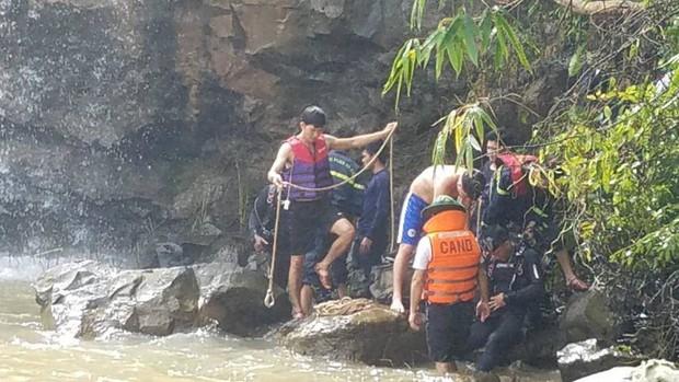 Tìm kiếm thủng cả xuồng vẫn chưa thấy 3 thanh niên mất tích khi tắm thác - Ảnh 1.