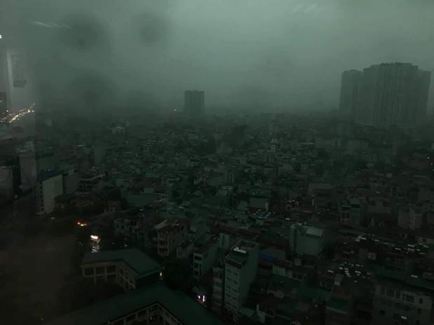 Giữa ban ngày mà Hà Nội bỗng tối đen như mực, người dân phải bật đèn di chuyển trên đường - Ảnh 3.