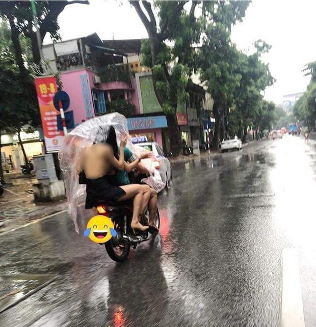 Cô gái trẻ mặc váy sexy, để lộ toàn bộ lưng trần cùng vòng 1 hớ hênh khi ngồi sau xe máy kẹp 3 khiến nhiều người ngán ngẩm - Ảnh 1.