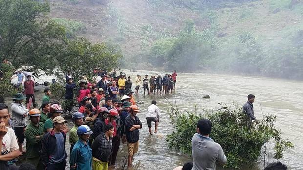 Tìm kiếm thủng cả xuồng vẫn chưa thấy 3 thanh niên mất tích khi tắm thác - Ảnh 2.