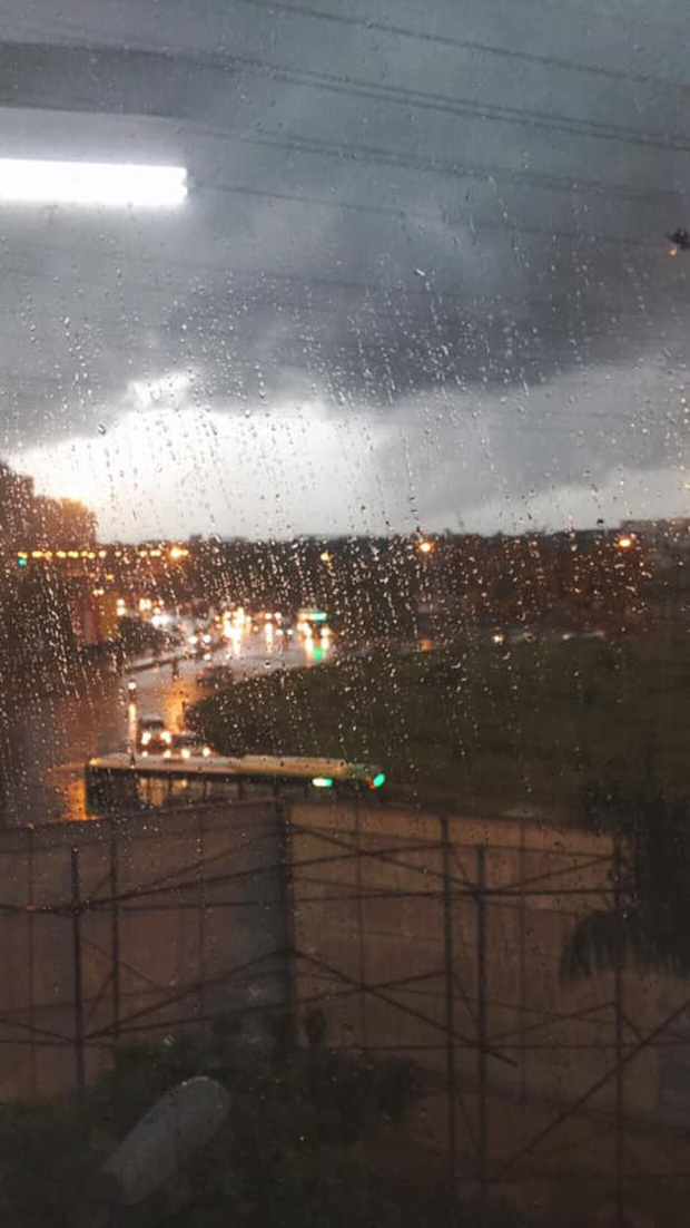 Giữa ban ngày mà Hà Nội bỗng tối đen như mực, người dân phải bật đèn di chuyển trên đường - Ảnh 5.