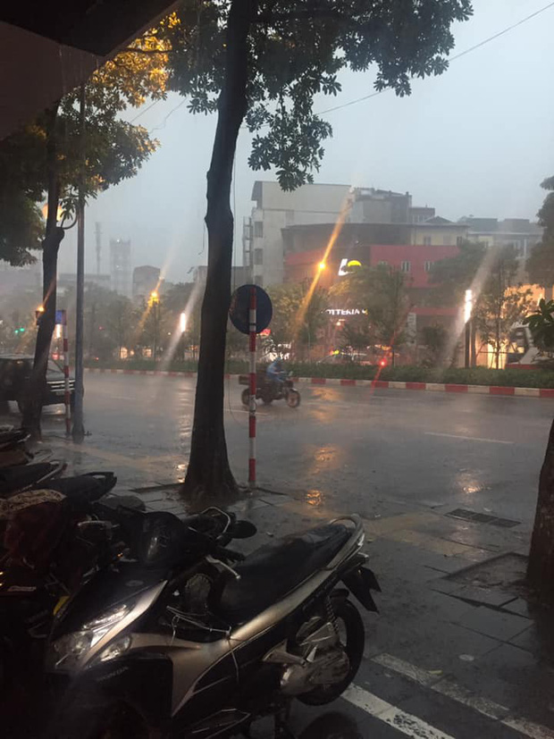 Giữa ban ngày mà Hà Nội bỗng tối đen như mực, người dân phải bật đèn di chuyển trên đường - Ảnh 9.