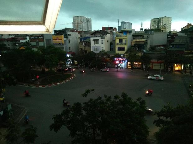Giữa ban ngày mà Hà Nội bỗng tối đen như mực, người dân phải bật đèn di chuyển trên đường - Ảnh 2.