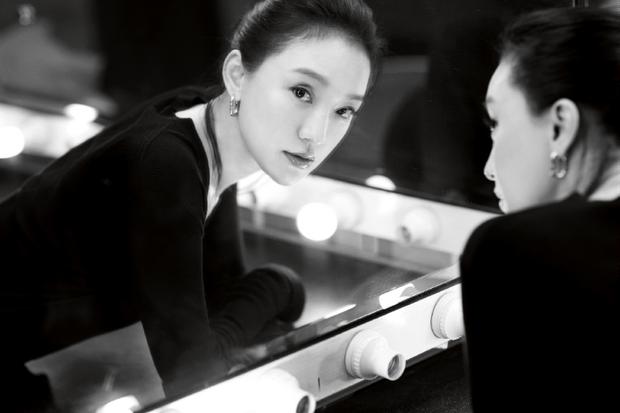 Hậu tin đồn cưới con gái Vương Phi làm chồng, Châu Tấn khoe bộ ảnh mới sexy yểu điệu đến lạ - Ảnh 5.