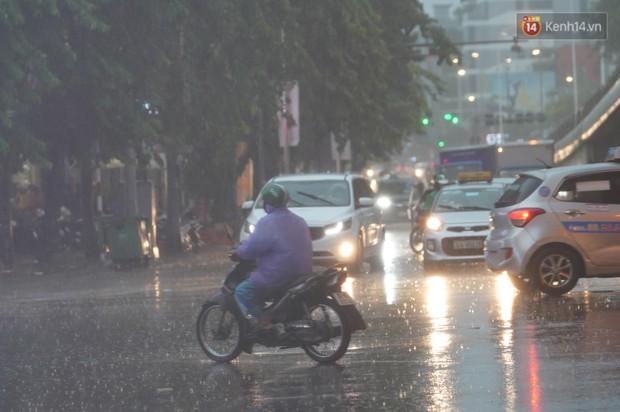 Giữa ban ngày mà Hà Nội bỗng tối đen như mực, người dân phải bật đèn di chuyển trên đường - Ảnh 11.