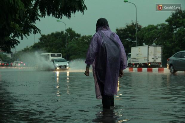 Giữa ban ngày mà Hà Nội bỗng tối đen như mực, người dân phải bật đèn di chuyển trên đường - Ảnh 26.