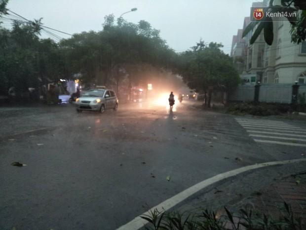 Giữa ban ngày mà Hà Nội bỗng tối đen như mực, người dân phải bật đèn di chuyển trên đường - Ảnh 7.