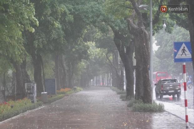 Giữa ban ngày mà Hà Nội bỗng tối đen như mực, người dân phải bật đèn di chuyển trên đường - Ảnh 18.