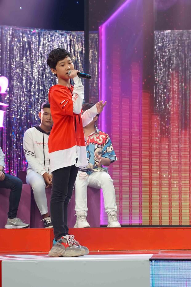 Cậu bé Thị Mầu Đức Vĩnh tái xuất, bất khả chiến bại tại Đấu trường âm nhạc nhí - Ảnh 1.