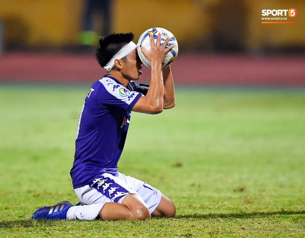 Cầu thủ đối phương chắp tay cầu nguyện, phá bĩnh pha ăn mừng bàn thắng vàng của Văn Quyết - Ảnh 4.
