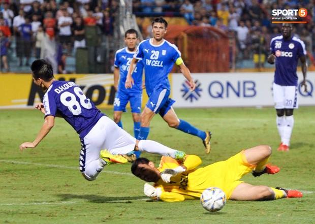 Cầu thủ đối phương chắp tay cầu nguyện, phá bĩnh pha ăn mừng bàn thắng vàng của Văn Quyết - Ảnh 1.