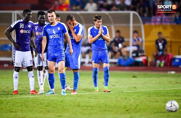 Cầu thủ đối phương chắp tay cầu nguyện, phá bĩnh pha ăn mừng bàn thắng vàng của Văn Quyết - Ảnh 3.