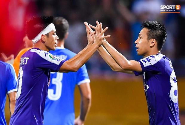 Cầu thủ đối phương chắp tay cầu nguyện, phá bĩnh pha ăn mừng bàn thắng vàng của Văn Quyết - Ảnh 10.
