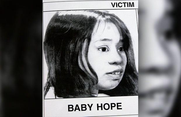 Chiếc thùng đá đựng thi thể không mảnh vải che thân của bé gái 4 tuổi tố cáo tội ác giết người man rợ và phản ứng tàn nhẫn của người mẹ - Ảnh 2.