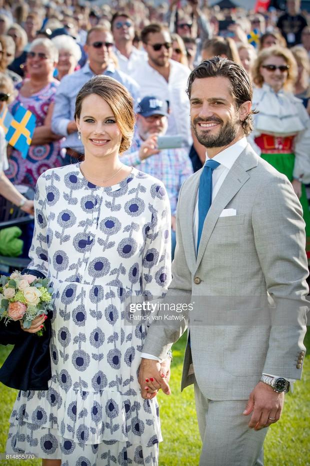 """Công nương Sofia: Từ nàng mẫu chụp ảnh """"mát mẻ"""" cho tạp chí đàn ông đến biểu tượng thời trang thanh lịch bậc nhất Hoàng gia Thụy Điển - Ảnh 16."""
