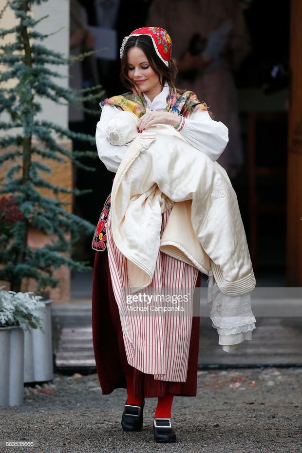 """Công nương Sofia: Từ nàng mẫu chụp ảnh """"mát mẻ"""" cho tạp chí đàn ông đến biểu tượng thời trang thanh lịch bậc nhất Hoàng gia Thụy Điển - Ảnh 19."""