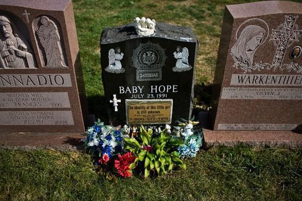 Chiếc thùng đá đựng thi thể không mảnh vải che thân của bé gái 4 tuổi tố cáo tội ác giết người man rợ và phản ứng tàn nhẫn của người mẹ - Ảnh 3.