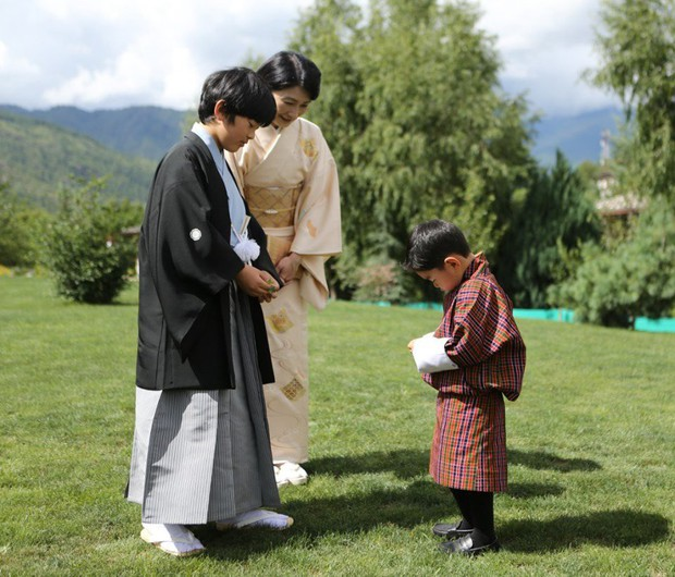 Hoàng hậu Bhutan đọ sắc Thái tử phi Nhật Bản nhưng 2 Hoàng tử nhỏ mới là tâm điểm chú ý, khiến người dùng mạng rần rần - Ảnh 2.
