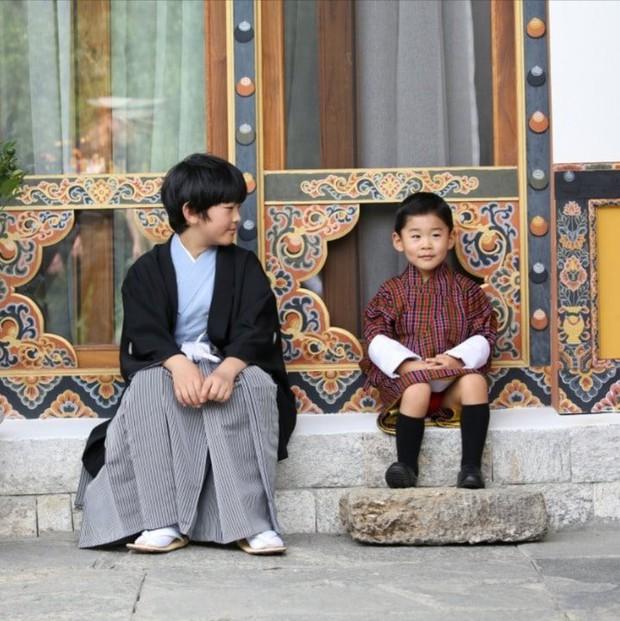 Hoàng hậu Bhutan đọ sắc Thái tử phi Nhật Bản nhưng 2 Hoàng tử nhỏ mới là tâm điểm chú ý, khiến người dùng mạng rần rần - Ảnh 3.