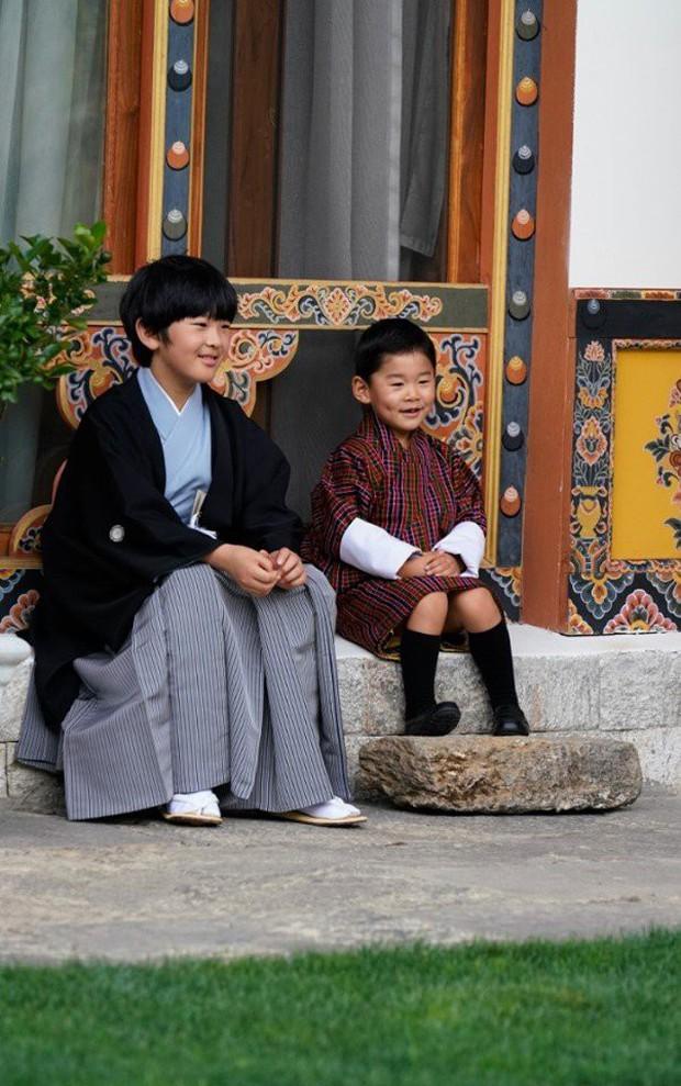 Hoàng hậu Bhutan đọ sắc Thái tử phi Nhật Bản nhưng 2 Hoàng tử nhỏ mới là tâm điểm chú ý, khiến người dùng mạng rần rần - Ảnh 4.