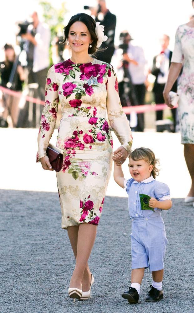 """Công nương Sofia: Từ nàng mẫu chụp ảnh """"mát mẻ"""" cho tạp chí đàn ông đến biểu tượng thời trang thanh lịch bậc nhất Hoàng gia Thụy Điển - Ảnh 9."""