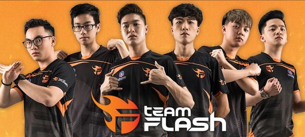 Viết cho Team Flash ngày nhận cú tát đau: Tỉnh ngộ đi, chẳng ai chỉ dạo chơi mà đứng trên đỉnh vinh quang mãi được! - Ảnh 1.