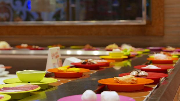 Thực tế chứng minh bọn lười lại rất thông minh: ngại ra quán ăn lẩu băng chuyền nên tự thiết kế luôn tại nhà - Ảnh 3.